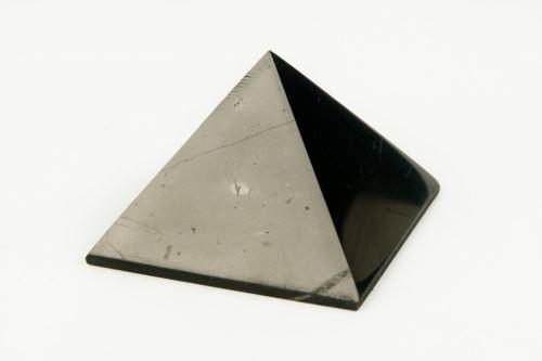 Šungitová pyramída 3 x 3cm, lesklá